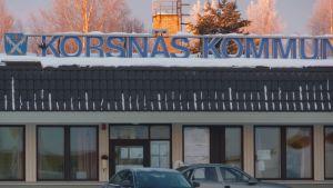 Korsnäs kommungård i vinterskrud.