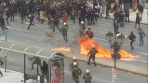 Poliser och demonstranter drabbar samman i Aten