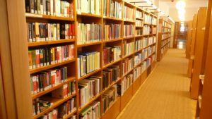Bokhyllor i Lovisa huvudbibliotek
