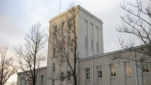 Sprängämnestillverkaren Forcits huvudbyggnad i Hangö, en ljus stenbyggnad med torn i mitten.