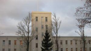 Forcits huvudbyggnad i Hangö, julgran i förgrunden.