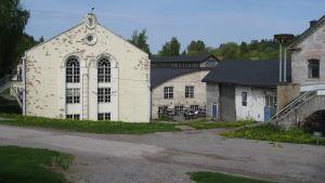 Restaurang Brukspatron huserar i den beige byggnaden på bilden