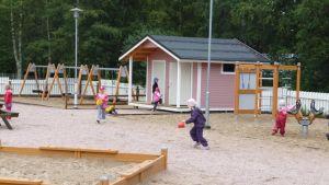 Barn som leker vid Kyrkbackens daghem i Karleby