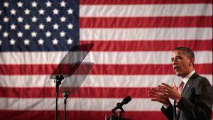 Obama talar vid USA:s flagga