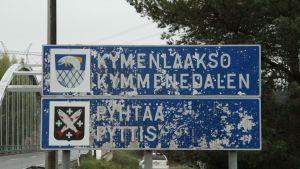 Pyttis och Lovisa gränsskylt.