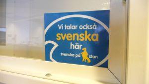 Svenska på stan-kampanjen delar ut dekaler till affärer i centrum