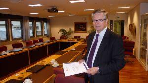 Karlebys stadsdirektör Antti Isotalus presenterar budgetförslaget för 2012
