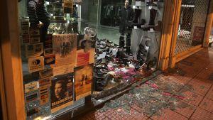 Vandaliserad butik i Aten.