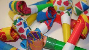 färgglada partypipor