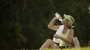 I många länder är kranvattnet minst lika gott som det buteljerade. BIld: YLE/Comstock
