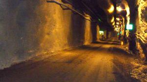 I grottan Onkalo vid Olkiluoto forskar man i hur det kärnavfall som produceras i Finland bäst ska tas om hand. Bild: YLE/Smältpunkt/Mona Sandell