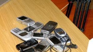 Skicka in din gamla telefon för återvinning - förutom att det är en miljövänlig gärning kan du dessutom tjäna en slant på det. Bild: YLE/Smältpuntk/Mona Sandell