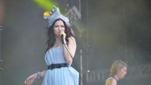 Jenni Vartiainen på scen.