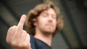 jonas sundström visar mittfingret