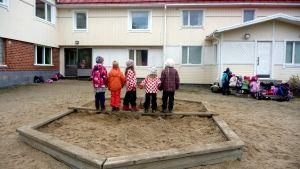 Barn utanför Solf eftis.