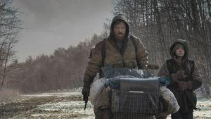 bild ur filmen the road med viggo mortensen och kodi smit-mcphee