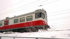 Lokaltåg i snöväder.