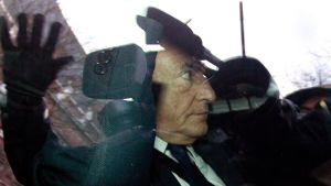 Strauss-Kahn på väg till polisförhör i Lille i februari 2012