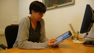 Micaela Röman läser e-tidning