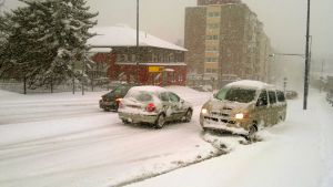 Minibuss som i snöyran sladdat runt på Rautatienkatu i centrum av Tammerfors.