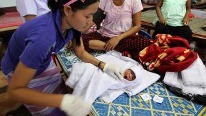 En fyra dagar gammal bebis undersöks