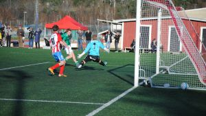 BK:s målvakt Jyri Nieminen räddar  sitt mål i en tuff situation i första halvleken.