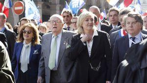 Marine Le Pen deltog i marschen tillsammans med sin far Jean-Marie Le Pen.