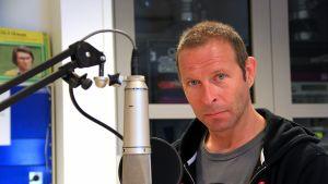 Stefan Lindfors i radiostudio.