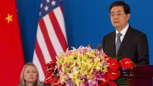 Kinas president Hu Jintao och USA:s utrikesminister Hillary Clinton i bakgrunden