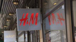 H&M-skylt utanför affär.