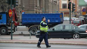 Polis dirigerar trafik i centrum av Helsingfors.