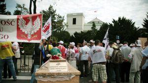 Protester mot pensionreformen i Warsawa