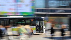 Buss susar genom centrum av Helsingfors.