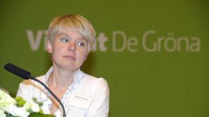 Den ryska miljöaktivistern Jevgenija Tjirikova på De grönas partimöte i Villmanstrand.