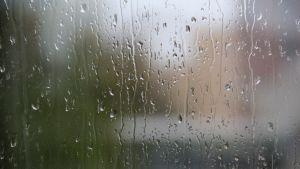 Regndroppar på fönster.