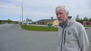 Leif Lundell i korsningen mellan riksvägen och Mellangärdsvägen, där de flesta av byns industrier finns.