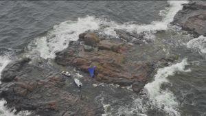 En grupp jägäre tar skydd Sjöbevakningens tält.