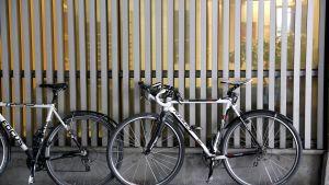 Cykel parkerad utanför kontor.