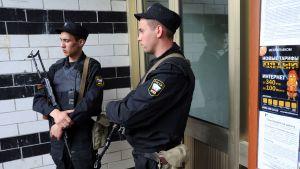 Polismän vaktar ingången till Aleksej Navalnyjs hus