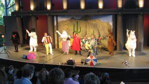 Benny Törnroos och muminvärldens invånare dansar och sjunger loss.