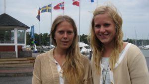 Turismstuderandena Sara Degerth och Maria Saine är nöjda med turismutbildningen vid Yrkeshögskolan Novia.
