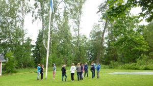 Dagarna på actionlägret på Grantorp börjar med att flaggan hissas.