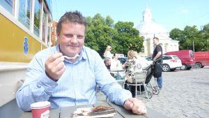 Åländske stjärnkocken Michael Björklund äter rökt sik. Åbo torg juli 2012
