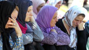 Bosniska kvinnor sörjer sina män och söner som mördades för 17 år sedan