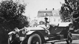 Rolls Royce Silver Ghost framför Svartå slotts huvudbyggnad 1912.