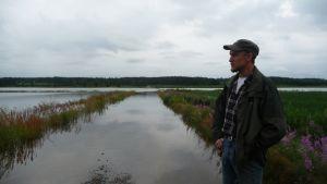 Henrik Andtfolk blickar över den översvämmade odlingen.