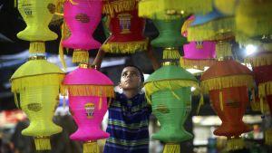En palestinsk pojke köper lyktor inför Ramadan