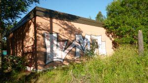 En tag på en rödbrun vägg.