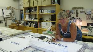 Tuija Sandberg trycker tyger i sin verkstad Studio Ishavet.