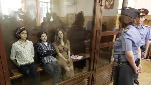 Pussy Riot medlemmarna Nadezjda Tolokonnikova (t.v.), Jekaterina Samutsevitj och Maria Alekhina (t.h.)
